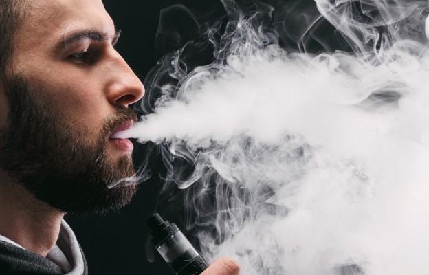 Alarmujące wyniki badań: e-papierosy stały się nałogiem młodzieży