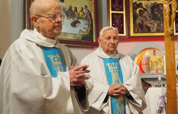 Ks. kan. Alojzy Kania (pierwszy z lewej)