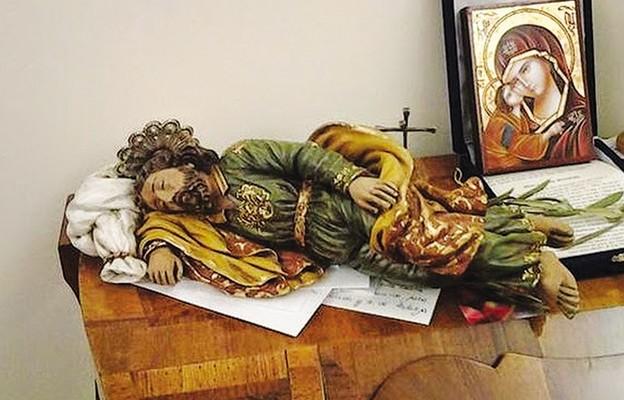 Figura śpiącego św. Józefa, pod którą papież wkłada specjalne prośby