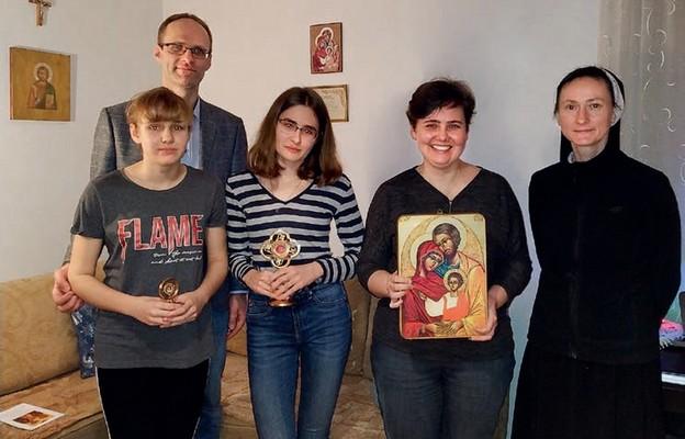 Ikona Świętej Rodziny w domach zajmuje centralne miejsce. Na zdjęciu rodzina Wałachowskich i s. Maksymiliana Dojcz