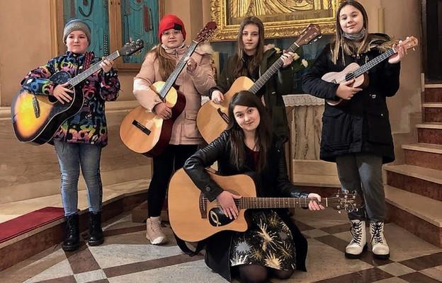 Dziewczynki wraz z prowadzącą scholkę Kamilą Wędzyńską