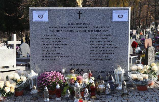 Tablica  upamiętniająca tragedię górniczą znajduje się na cmentarzu przy ul. Moniuszki  zaraz za bramą,  przy drodze do kaplicy.