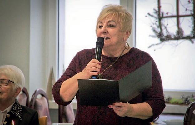 Twórczyni czyta swoją poezję na spotkaniu wigilijnym