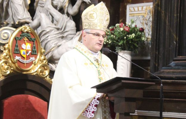 Bp Marek Mendyk zachęcał, aby rodziny zechciały ufnie otworzyć swoje serca na działanie Boga w te trudne dni.
