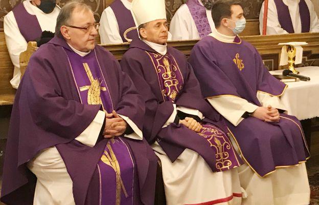 Bp Adam Bałabuch wraz ks. Jarosławem Geniborem i dk. Wojciechem Pawliną podczas Mszy żałobnej w filialnym kościele w Tłumaczowie