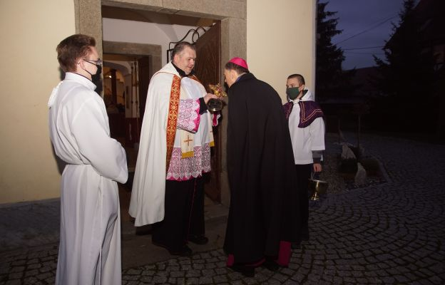 Powitanie bp Adama Bałabucha w progach kościoła parafialnego przez ks. Jacka Stalę