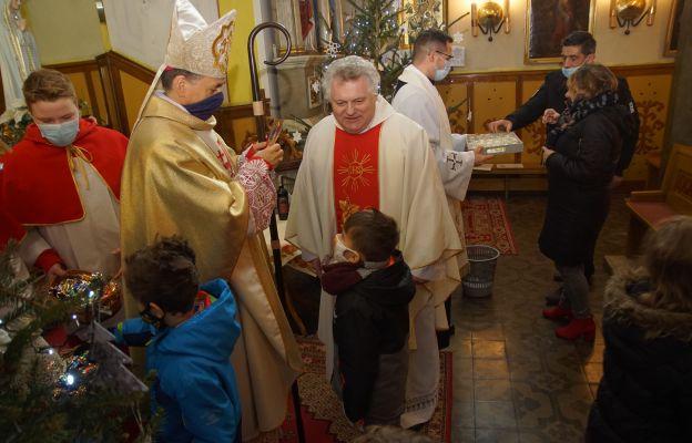 Na zakończenie Mszy biskup pobłogosławił wino na cześć św. Jana, które wierni następnie degustować