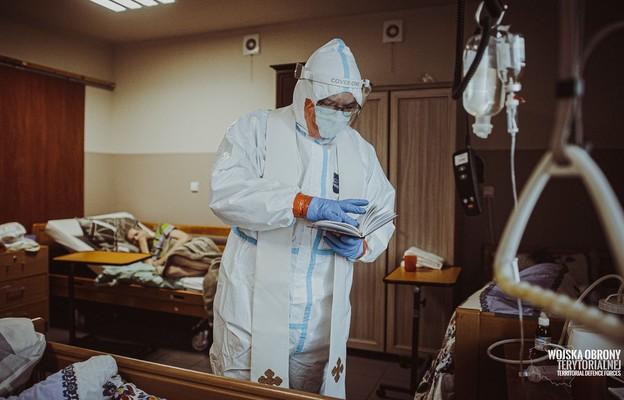 Ksiądz wspólnie z żołnierzami 13 Śląskiej Brygady OT opiekował się pensjonariuszami Domu Pomocy Społecznej w Jaworznie