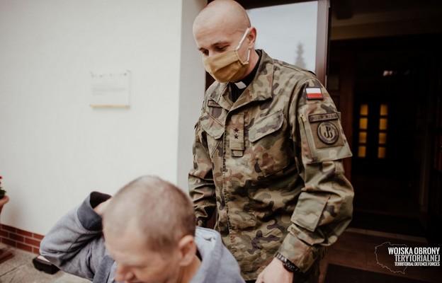 Ksiądz Kapelan Dariusz Jarliński wspólnie z żołnierzami 10 Świętokrzyskiej Brygady OT pomagał w opiece nad pensjonariuszami Domu Pomocy Społecznej w Końskich