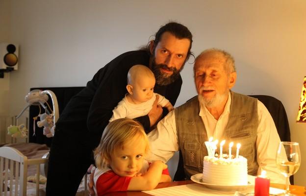 Profesor z synem i wnukami