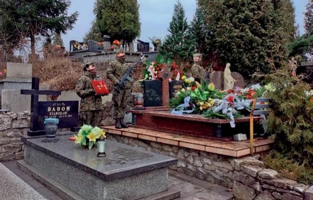 Warta przy grobie kpt. Witolda Orczyka podczas uroczystości pogrzebowych