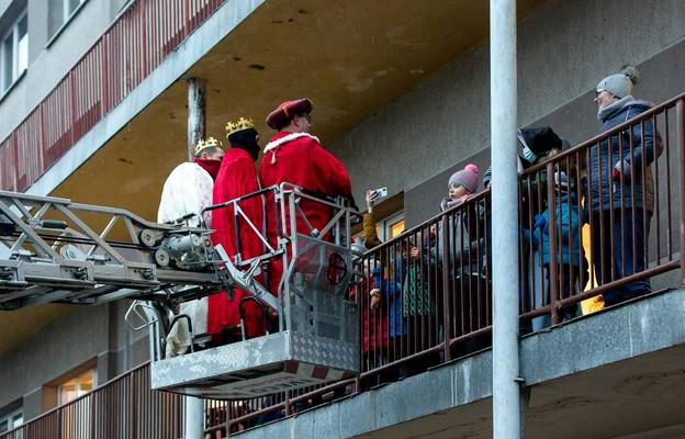 Orszak Trzech Króli zawitał do ZSS Nr 28 w Częstochowie za pomocą drabiny strażackiej
