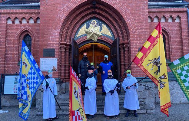 Przed wejściem do kościoła parafialnego