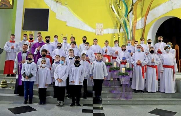 Ministranci i lektorzy z parafii św. brata Alberta w Puławach