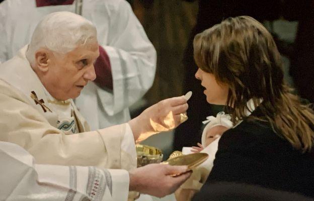 Papież Benedykt XVI udziela Komunii św. M. Wolińskiej - Riedi podczas chrztu jej córki Melanii