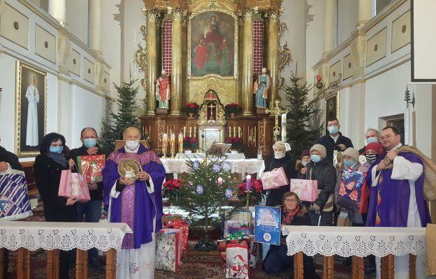 Księża wraz z katechetką i wiernymi podczas podsumowania akcji charytatywnej