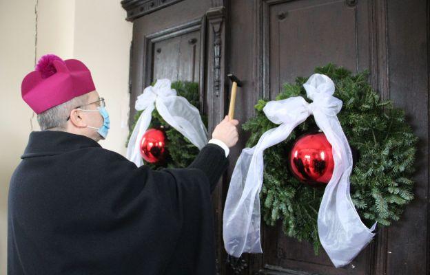 Biskup uderzył trzykrotnie młotkiem w drzwi jubileuszowe sanktuarium św. Jakuba Starszego Apostoła w Jakubowie, a następnie je otworzył na znak rozpoczęcia Roku Świętego Jakubowego w diecezji zielonogórsko-gorzowskiej