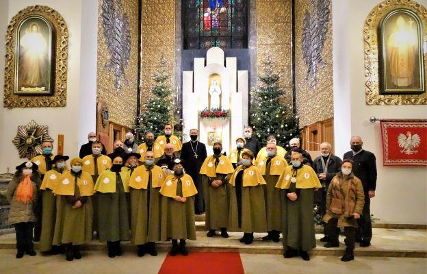 Członkowie Konfraterni św. Jakuba z biskupem polowym Józefem Guzdkiem po Mszy św. inaugurującej w Ordynariacie Polowym Rok św. Jakuba.