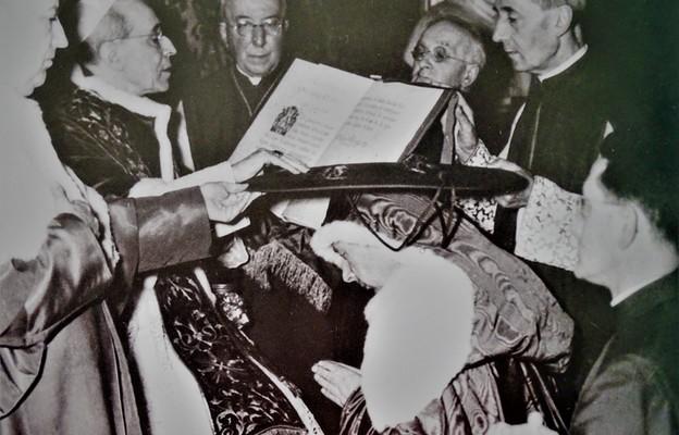 Ceremonia wręczenia prymasowi Stefanowi Wyszyńskiemu przez papieża Piusa XII w Watykanie kapelusza kardynalskiego (18 maja 1957 r.).