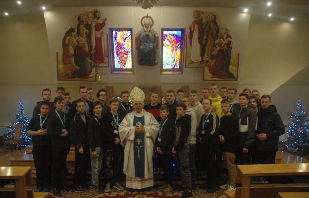 Uczestnicy rekolekcji powołaniowych 2019 r. z abp. Wacławem Depo