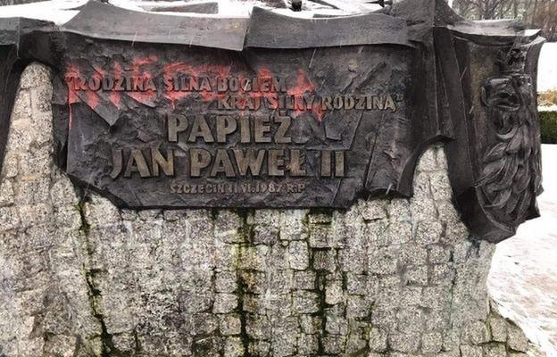 Szczecin: Pomnik świętego Jana Pawła II zdewastowany