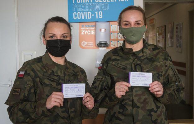 To szczepienie da mi poczucie bezpieczeństwa podczas obowiązków służbowych jakie wykonuję jako żołnierz oraz medyk – mówi sierż. Dagmara Percho (z prawej)
