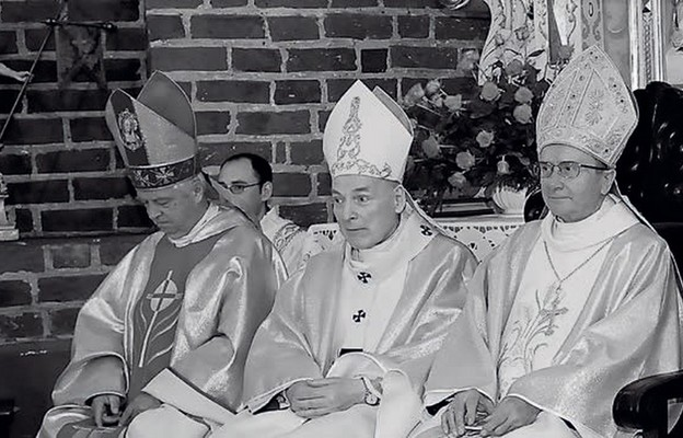 Od lewej: śp. bp Adam Dyczkowski, śp. abp Zygmunt Kamiński i śp. bp Antoni Stankiewicz w katedrze gorzowskiej