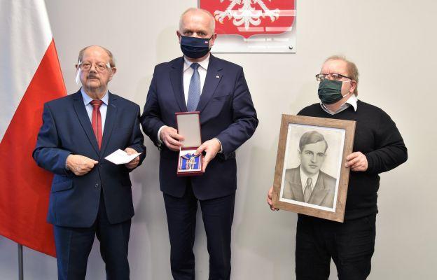 """Wojewoda wręczył odznaczenie rodzinie Tadeusza """"Jury"""" Jurkiewicza"""