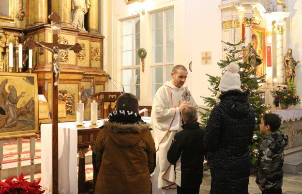 Błogosławieństwo dzieci relikwiami św. Pawła, patriarchy Zakonu Paulinów