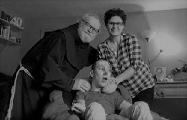 Ojciec Piotr pośród podopiecznych hospicjum