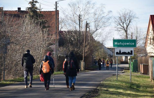 Pielgrzymi wchodzą do Małujowic