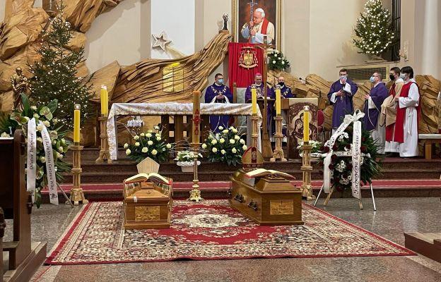 Przybycie trumien do Gorzowa. Msza św. żałobna za śp. bp.bp. Adama Dyczkowskiego i Antoniego Stankiewicza w Gorzowie