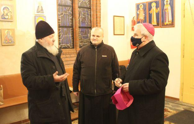 Ks. Piotr Nikolski wita bp. Marka Mendyka, który po raz pierwszy przekroczył próg świdnickiej cerkwi