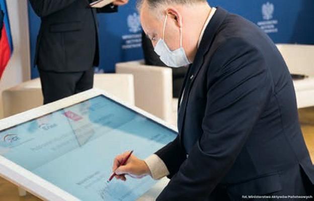 Prezes PGE, Wojciech Dąbrowski podpisuje list intencyjny