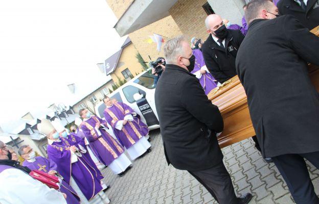 Gorzów: Trumny z ciałami biskupów jadą do gorzowskiej katedry