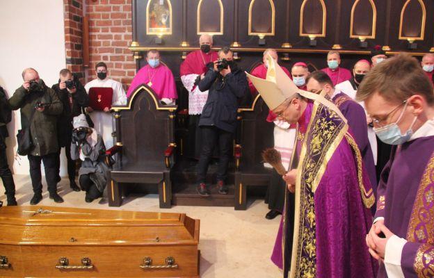 Ostatnia stacja pogrzebu w katedrze gorzowskiej