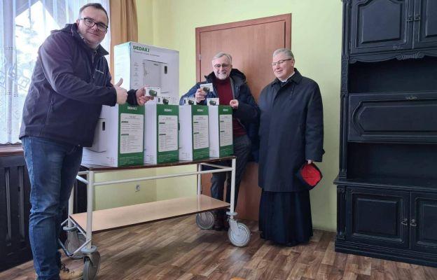 Od prawej: ks. Ignacy Czader, Dariusz Kupka i Michał Augul z zakupionymi koncentratorami tlenu.