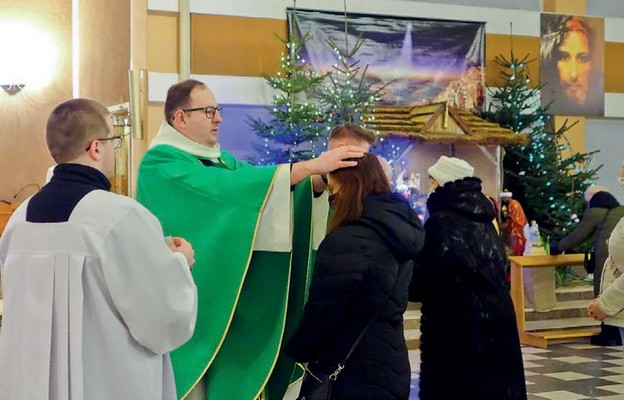 W parafii Niepokalanego Poczęcia NMP na Wrzecionie podczas Mszy św. kolędowej  można było otrzymać indywidualne błogosławieństwo