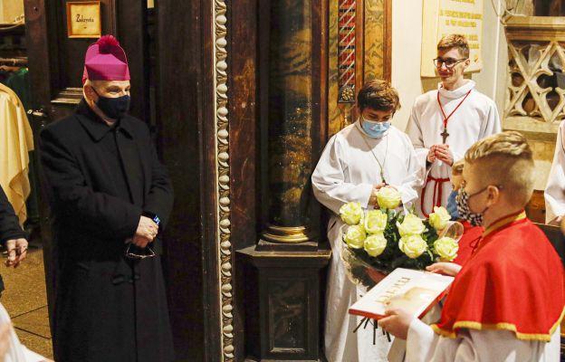 O 12. rocznicy sakry biskupiej pamiętali katedralni ministranci, którzy po Mszy złożyli biskupowi życzenia
