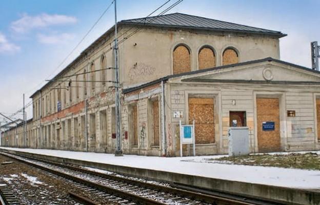 Dworzec kolejowy wMaczkach, zbudowany wlatach 1839-48