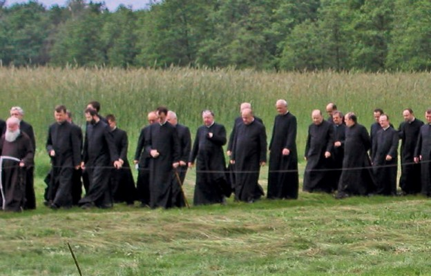 Droga Krzyżowa z udziałem kapłanów diecezji rzeszowskiej w sanktuarium bł. Karoliny Kózkówny w Zabawie
