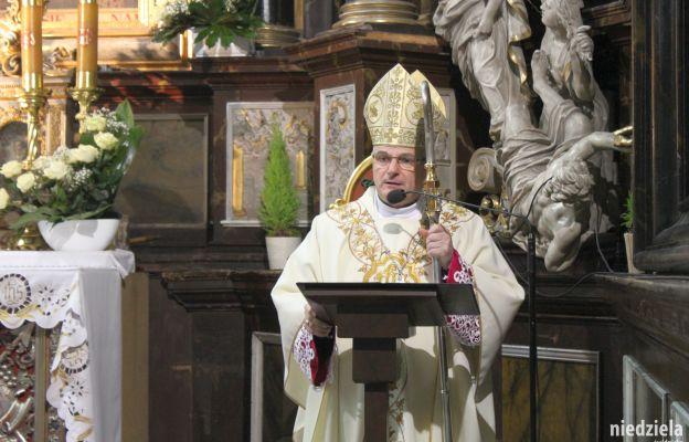 bp Marek Mendyk w czasie homilii w katedrze świdnickiej