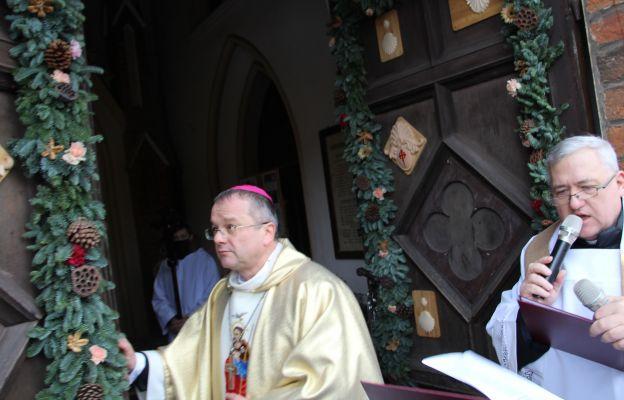 Biskup otworzył jubileuszowe drzwi święte w kościele w Ośnie Lubuskim