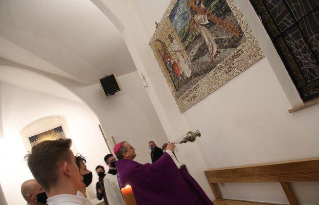 Biskup 17 lutego pobłogosławił nową Drogę Krzyżową w kościele Miłosierdzia Bożego w Żarach