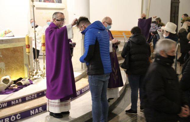 Biskup przewodniczył liturgii Środy Popielcowej w parafii Miłosierdzia Bożego w Żarach