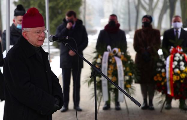 W 80. rocznicę śmierci Karola Wojtyły seniora kwiaty i znicze przy jego grobie