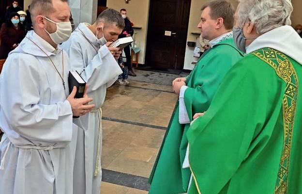 Przyjęcie księgi Pisma Świętego w czasie promocji lektorskiej w kościele św. Jana Kantego. Drugi z lewej Robert Leksy