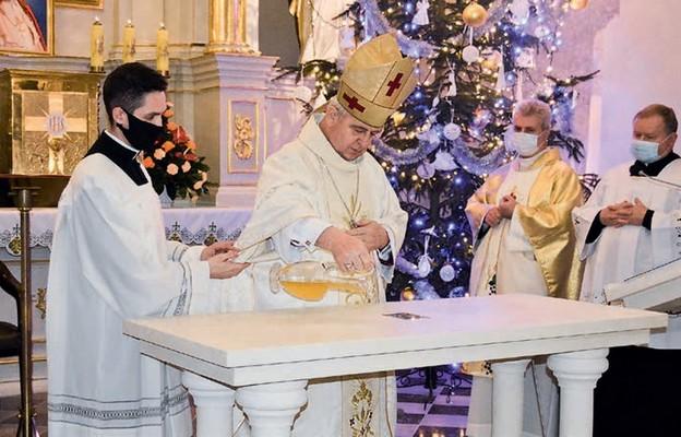 Biskup Jan namaszcza ołtarz