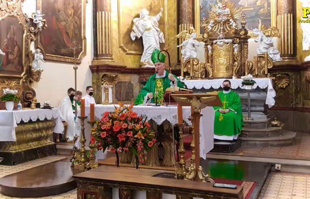 Bp Ignacy Dec w czasie głoszenia homilii w Kietrzu