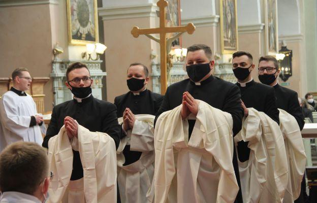 Pięciu alumnów III roku Zielonogórsko-Gorzowskiego Wyższego Seminarium Duchownego przeżywało dzisiaj w Paradyżu swoje obłóczyny.